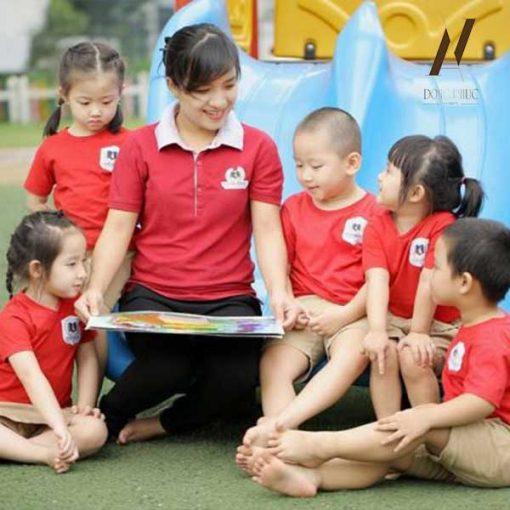 Đồng Phục Giao Viên Mần Non Áo Đỏ Logo Trường DMPN10
